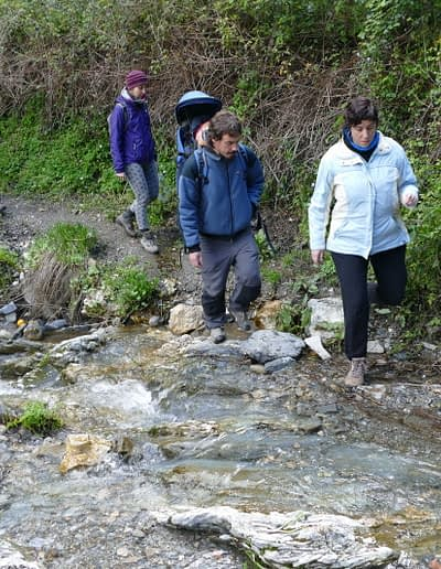 Hiking Andalusia in every seasons: crossing a brook.
